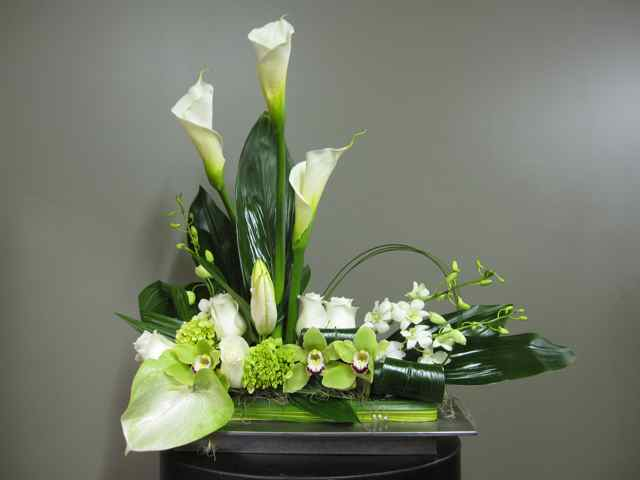 Flower arrangement for urn 1304 2 florist montreal abaca for Composition florale table